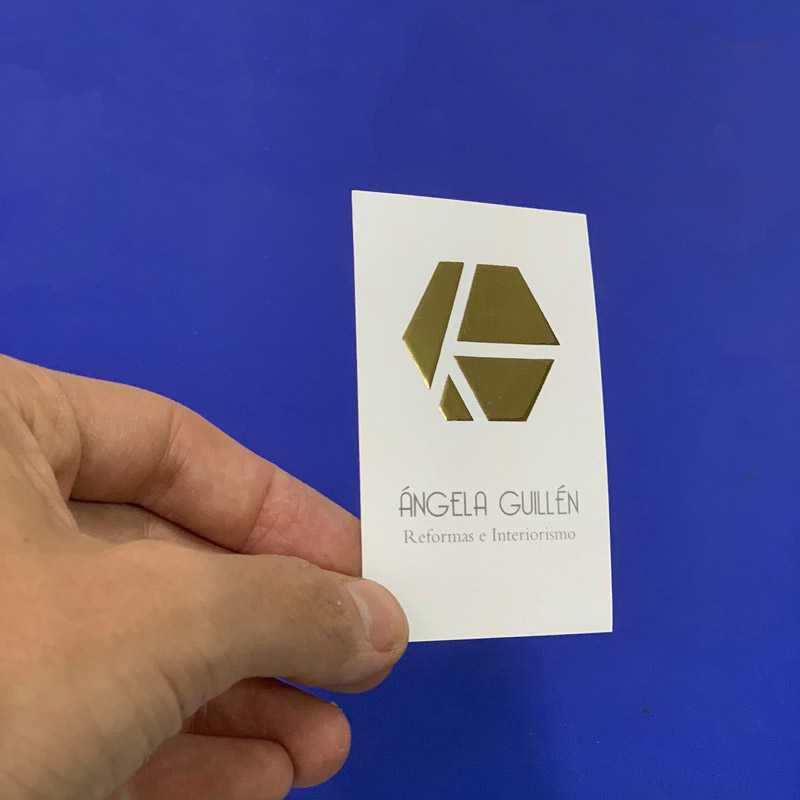 Tarjeta de visita plastificada con stamping oro