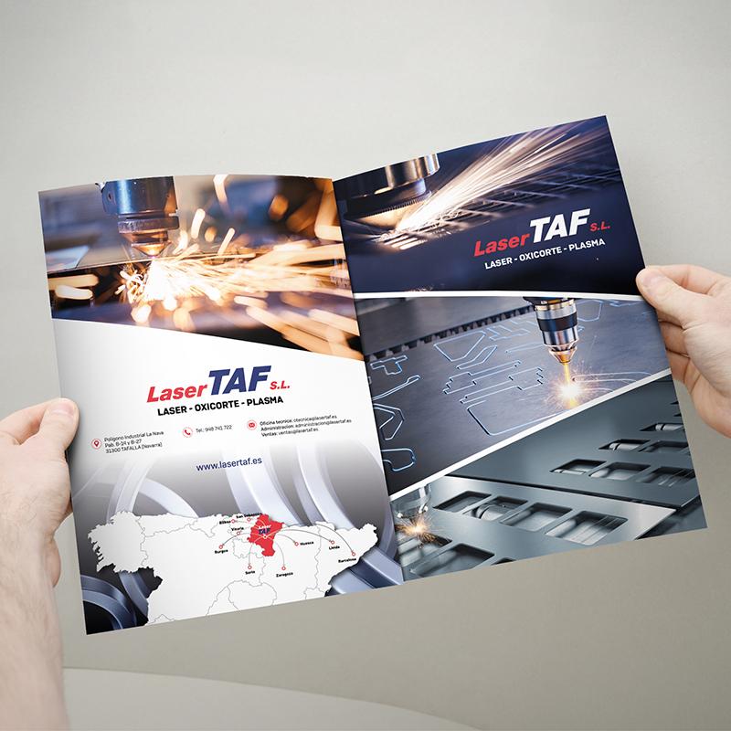 Foto de dos manos agarrando un folleto de dos páginas de publicidad