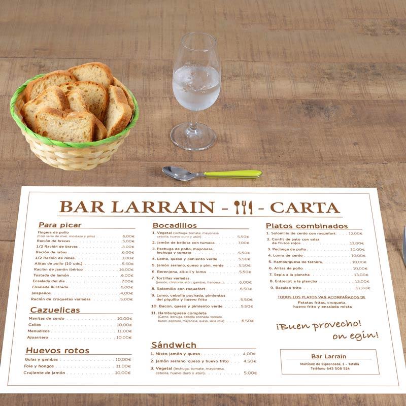 Fotografía de un mantel con la carta menú de un bar