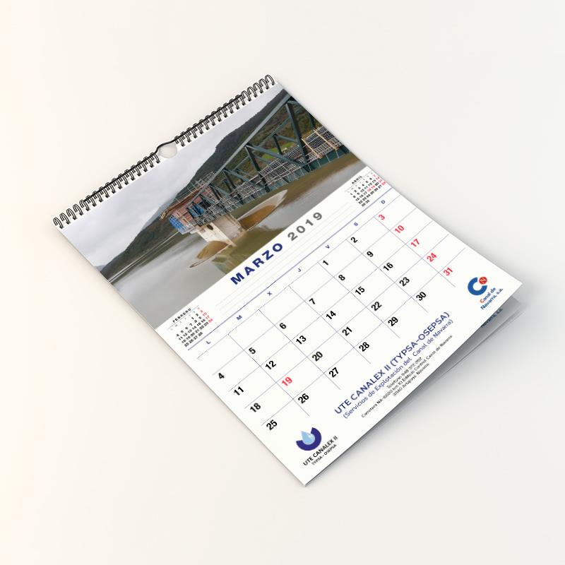 Foto de un calendario con espiral de pared
