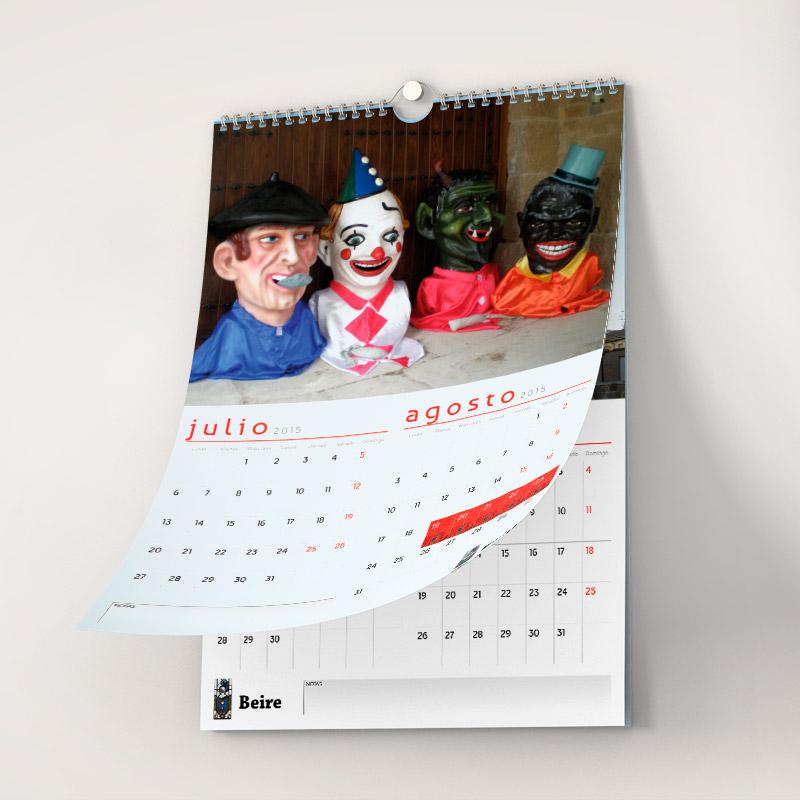 Foto de un calendario de pared con dos meses por hoja