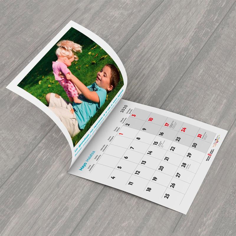 Foto de un calendario con fotos de niños